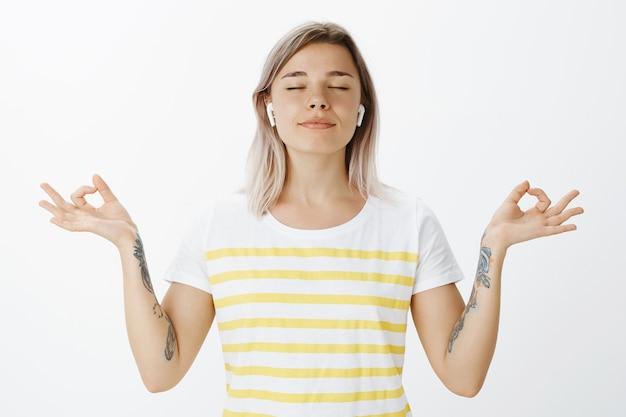 Портрет расслабленной блондинки, позирующей в студии Бесплатные Фотографии