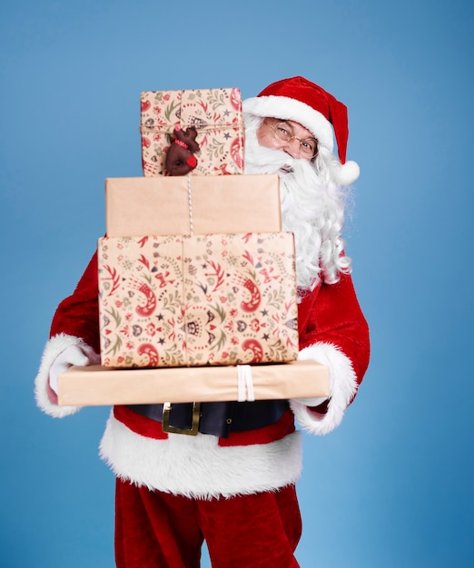 크리스마스 선물의 스택을 들고 산타 클로스의 초상화 무료 사진