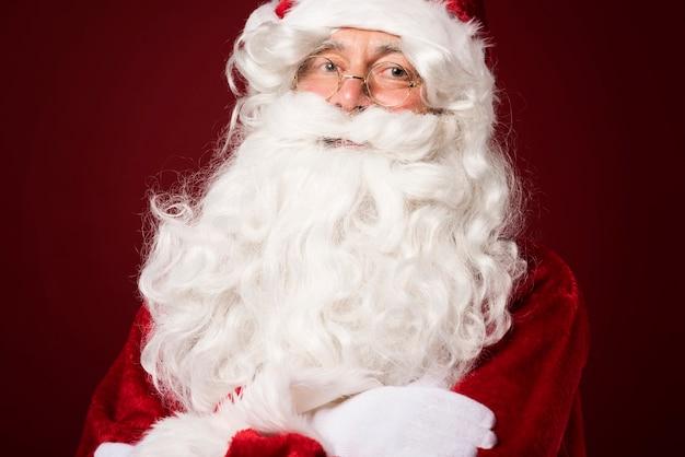 빨간색 배경에 산타 클로스의 초상화 무료 사진