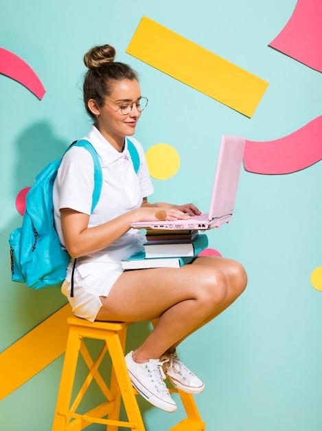 ノートパソコンで勉強している女子高生の肖像画 無料写真