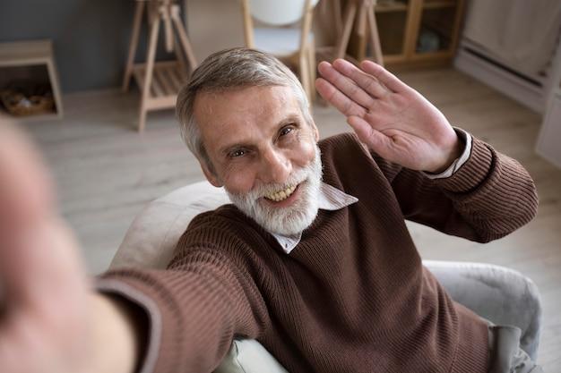 Портрет старшего мужчины, отказывающегося от камеры Бесплатные Фотографии