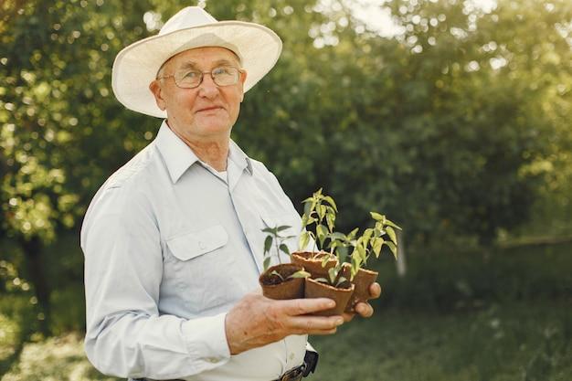 Портрет старшего мужчины в шляпе садоводства Бесплатные Фотографии