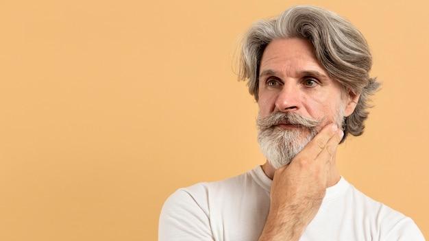 コピースペースで考える年配の男性の肖像画 無料写真