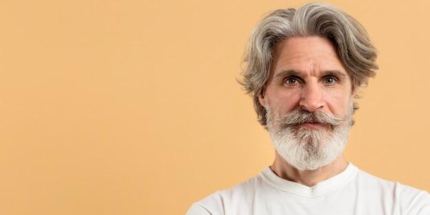 コピースペースを持つシニア男の肖像 Premium写真