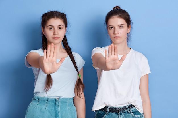 Портрет серьезной женщины, протягивающей руки Premium Фотографии