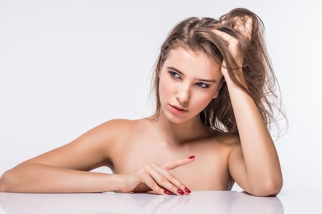 白い背景で隔離のファッション髪型と服をせずにセクシーなブルネットモデルの女の子の肖像画 無料写真