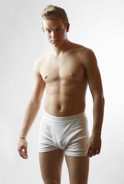 Портрет сексуальной красивой мужской модели с идеальным телом Бесплатные Фотографии