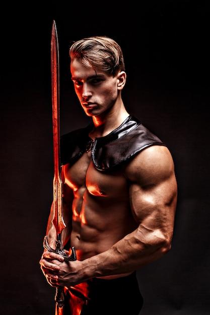 剣を持ってセクシーな筋肉男の肖像 Premium写真