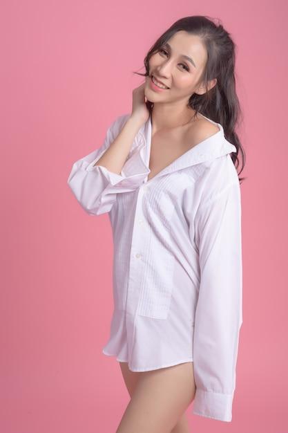 ピンクの白いシャツを着ているセクシーな女性の肖像画 Premium写真