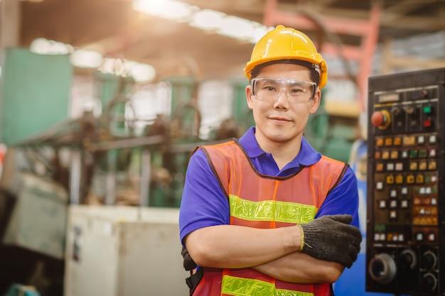 スマートエンジニアの肖像画アジア中国幸せ労働者ハンサムなモデル重工業background.arm折り返しクロスと笑顔で。 Premium写真