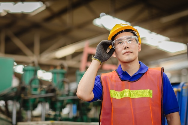 重工業でのスマートエンジニアアジア中国の幸せな労働者ハンサムなモデルの肖像画 Premium写真