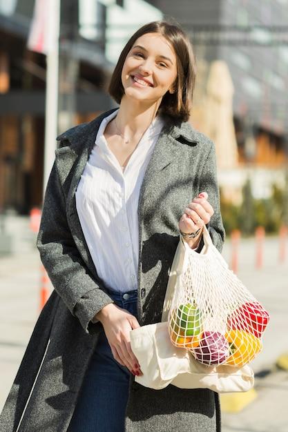 Портрет смайлик женщина, держащая сумки Бесплатные Фотографии