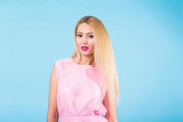 유행보기에 웃는 금발 여자의 초상화. 프리미엄 사진