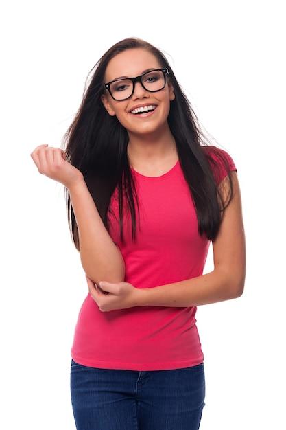 안경을 쓰고 웃는 갈색 머리 여자의 초상화 무료 사진