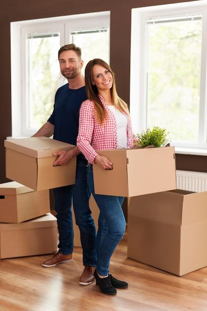 家に移動中の笑顔のカップルの肖像画 無料写真