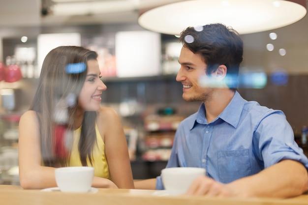 Портрет улыбающейся пары в кафе Бесплатные Фотографии