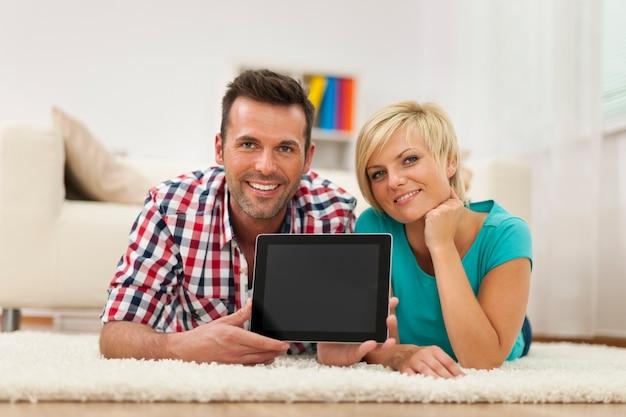 집에서 디지털 태블릿의 몇 보여주는 화면 미소의 초상화 무료 사진