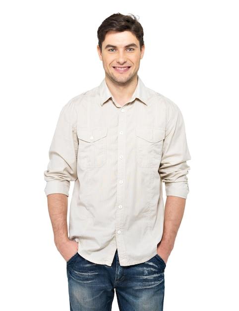 カジュアルな笑顔の幸せなハンサムな男の肖像画-白い壁に分離 無料写真