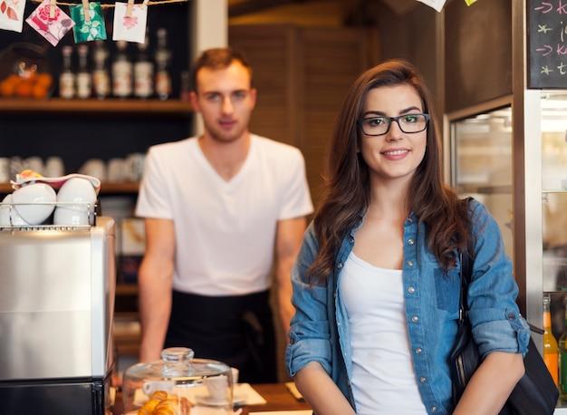 Портрет улыбающегося официанта и красивой клиентки Бесплатные Фотографии