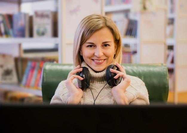 Портрет улыбающейся женщины в наушниках Бесплатные Фотографии