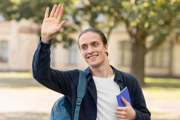Портрет студента счастлив вернуться в университет Бесплатные Фотографии