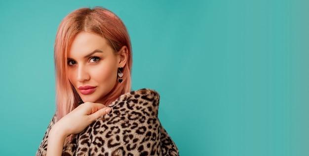 Портрет ошеломительной женщины с розовыми волосами в стильном зимнем пушистом пальто с леопардовым принтом Бесплатные Фотографии