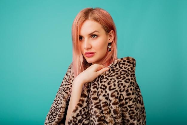 ヒョウ柄のスタイリッシュな冬のフワフワしたコートでピンクの髪の見事な女性の肖像画 無料写真
