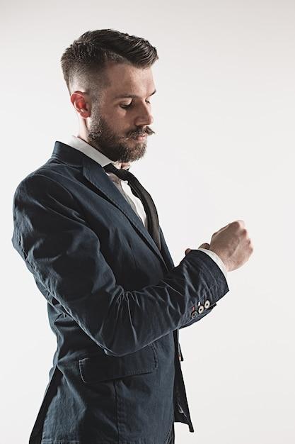 Портрет стильного красивого молодого человека Бесплатные Фотографии