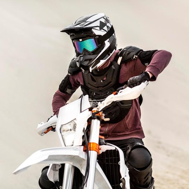 ヘルメットを持つスタイリッシュなオートバイライダーの肖像画 無料写真