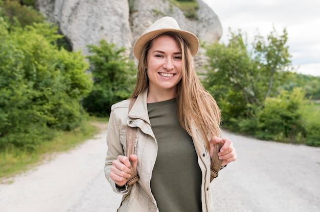 Портрет стильного путешественника в шляпе Premium Фотографии
