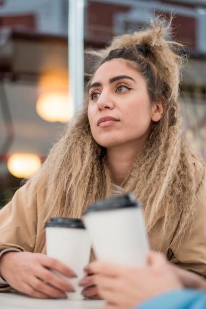 Портрет стильной молодой женщины, глядя в сторону Бесплатные Фотографии