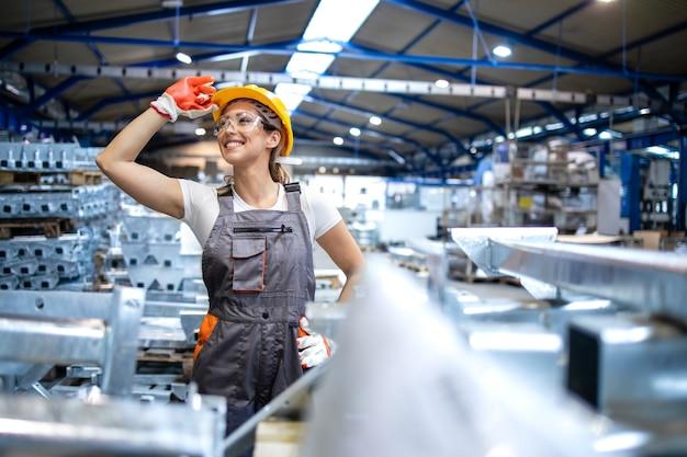 산업 생산 홀에 서 성공적인 공장 노동자의 초상화 무료 사진
