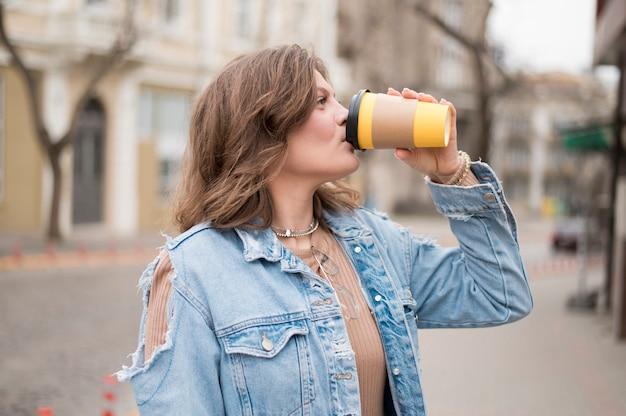 Портрет подростка, пьющего кофе Бесплатные Фотографии