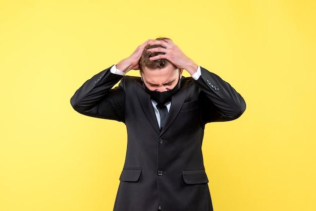 Портрет напряженного молодого бизнесмена на желтом Бесплатные Фотографии