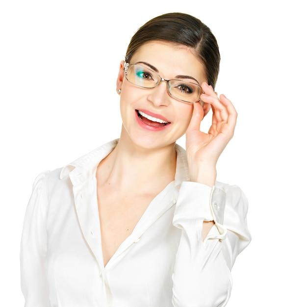 Портрет красивой счастливой молодой женщины в очках и белой офисной рубашке, изолированные на белом фоне Бесплатные Фотографии