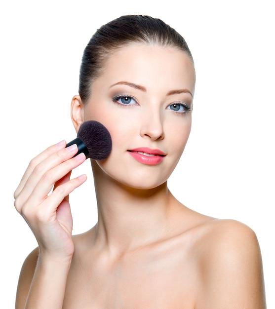 化粧をしている美しい若い女性の肖像画-孤立 無料写真