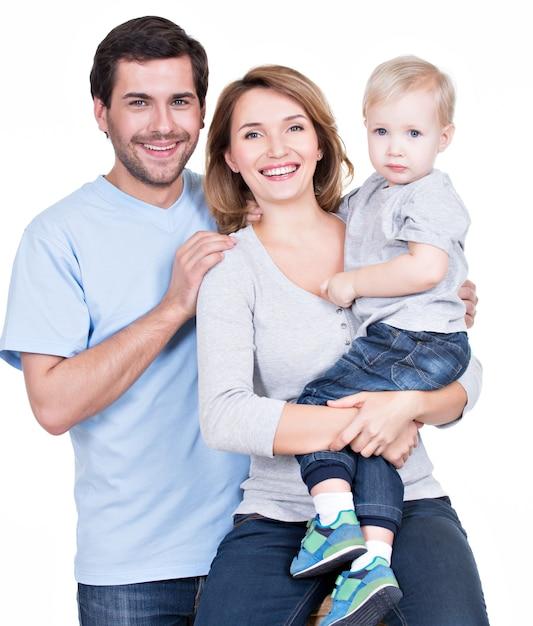 カメラを見ている小さな子供と幸せな家族の肖像画-孤立 無料写真