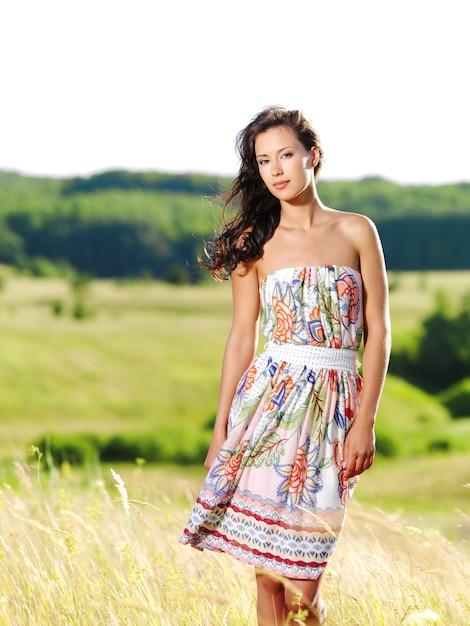 屋外の若い美しい女性の肖像画 無料写真