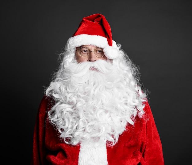 스튜디오 촬영에서 피곤 된 산타 클로스의 초상화 무료 사진