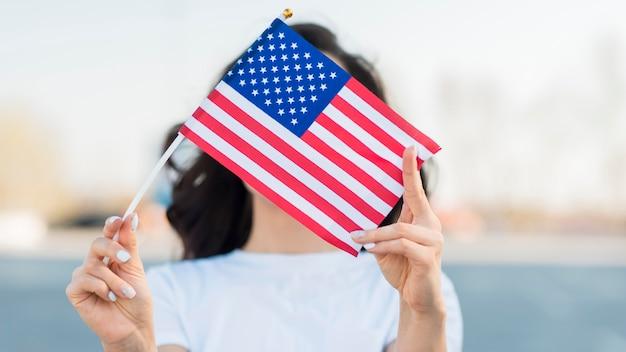 Портрет женщины, держащей флаг сша на лице Бесплатные Фотографии