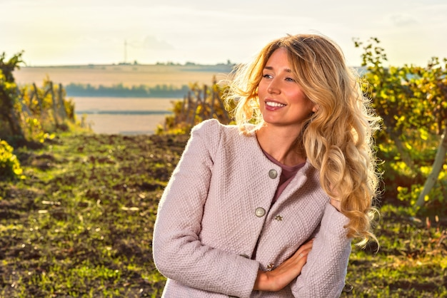 ブドウ畑の女性の肖像画 Premium写真
