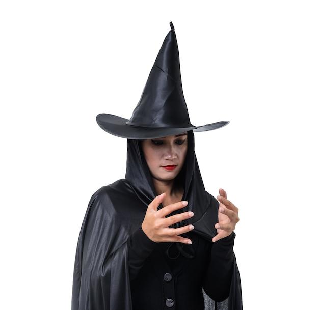 黒の女性の肖像画怖い魔女ハロウィーンの衣装立っている帽子と孤立 Premium写真