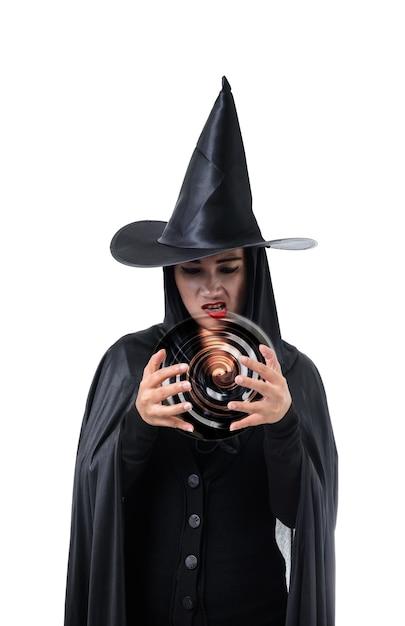 黒で女性の肖像画怖い魔女ハロウィーンの衣装は、帽子で立っている Premium写真