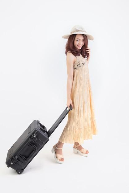 Портрет женщины путешествия. молодой красивый азиатский путешественник женщины с усмехаться чемодана Premium Фотографии