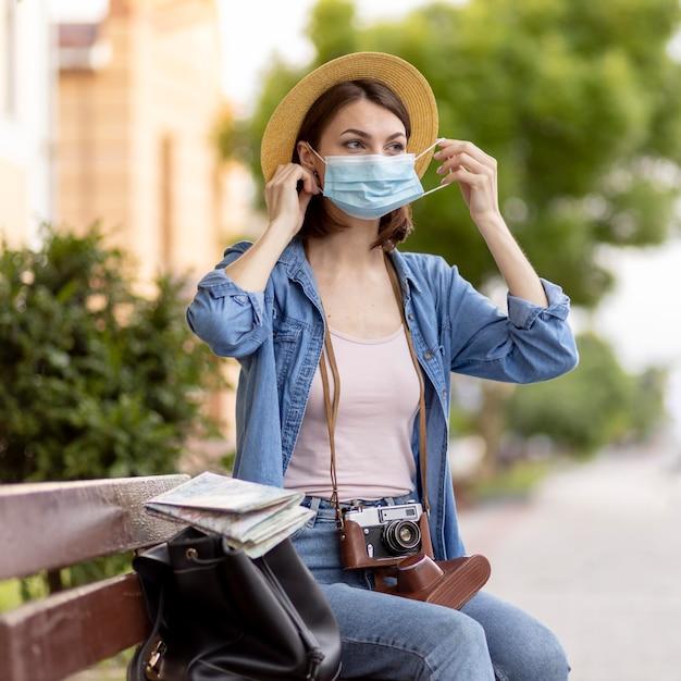 屋外のフェイスマスクを持つ女性の肖像画 Premium写真