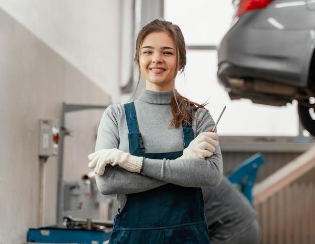 자동차 서비스에서 일하는 여자의 초상화 무료 사진