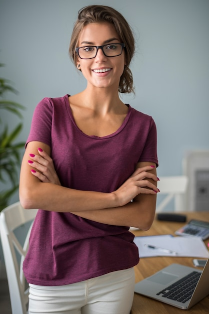 Портрет женщины, работающей в своем домашнем офисе Бесплатные Фотографии