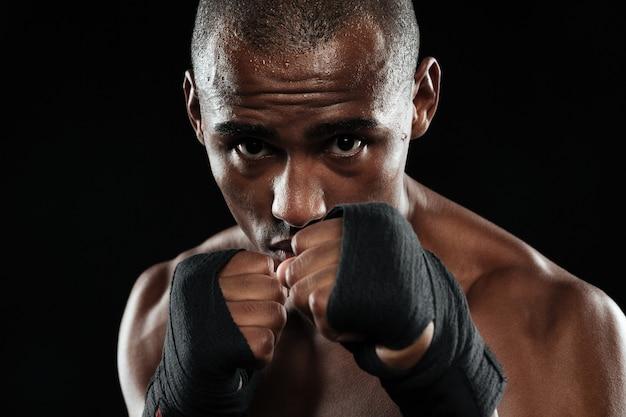 彼のこぶしを示す若いアフリカ系アメリカ人ボクサーの肖像画 無料写真