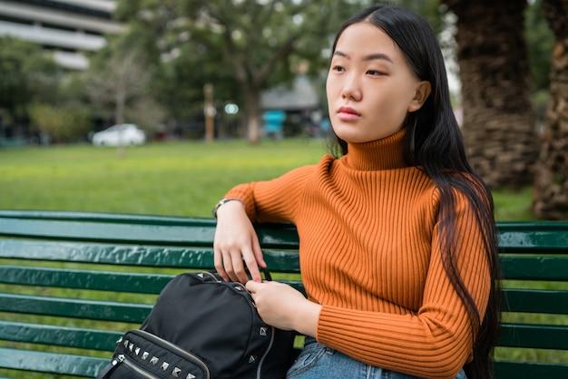 若いアジアの女性の肖像画 Premium写真