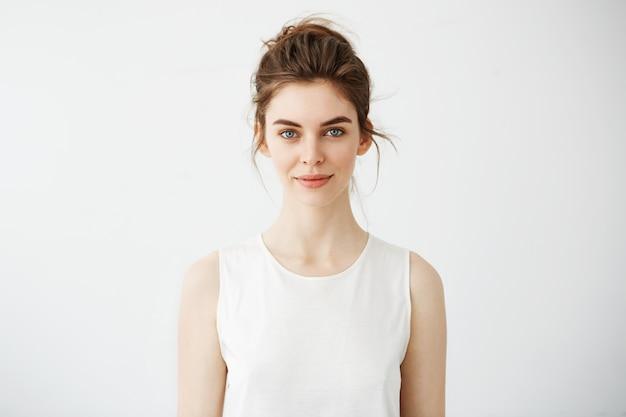 笑顔若い美しいブルネットの女性の肖像画 無料写真